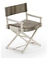 Dizajnová skladacia stolička z ratanovej kôry s poduškou a opierky z kože so srsťou.